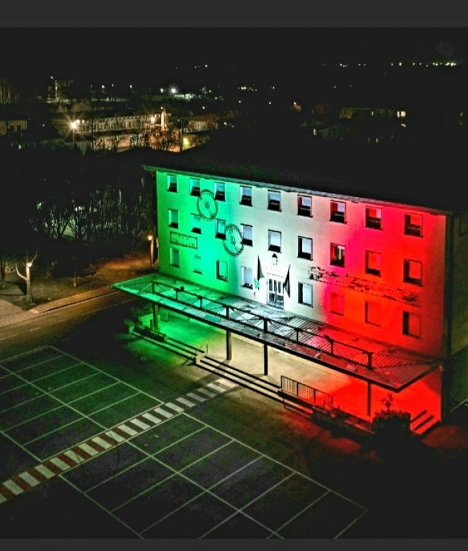 Municipio illuminato in tricolore