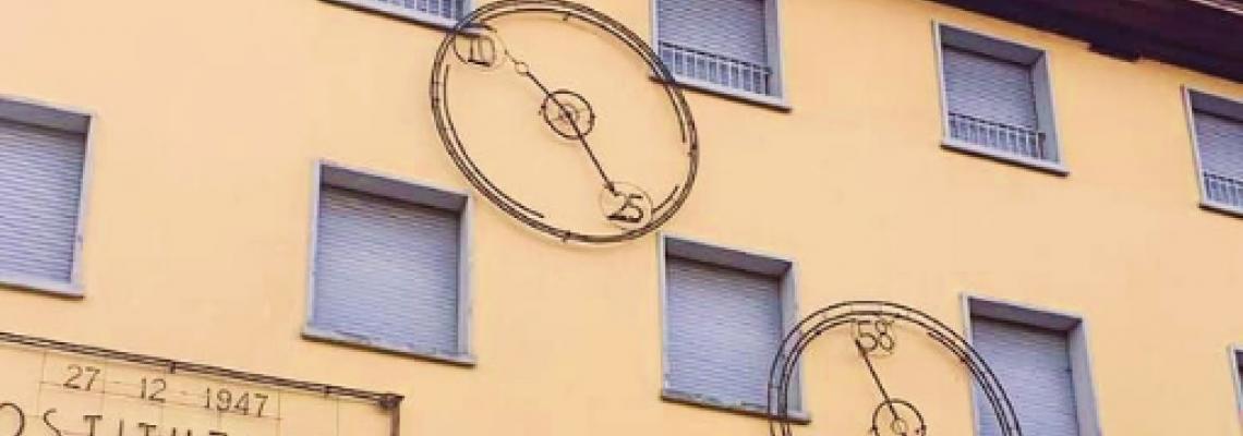 Facciata del Comune di Sala Bolognese con la scultura che rappresenta l'orologio della Stazione di Bologna 2 Agosto 1980